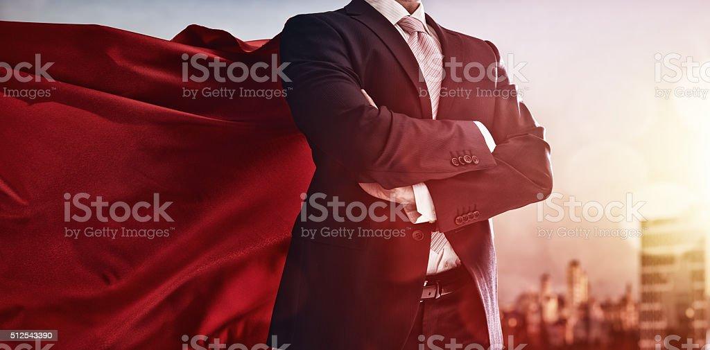 Super-herói homem de negócios olhando para a cidade - foto de acervo