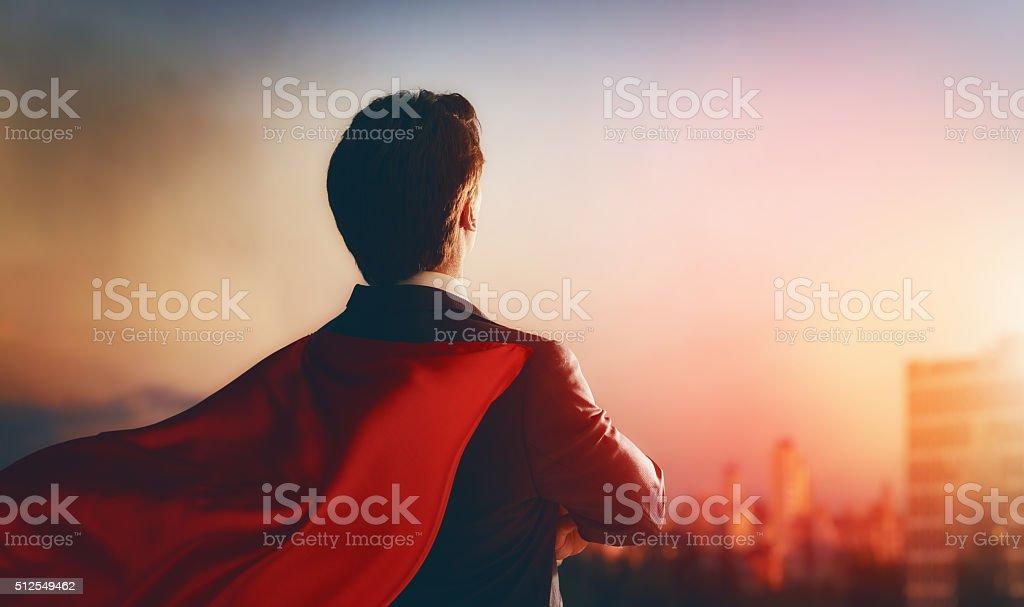 Superheld Geschäftsmann Blick auf die Stadt – Foto