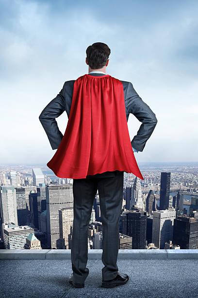 super-herói empresário vestindo vermelho olhando no grande cidade do cabo - capuz - fotografias e filmes do acervo