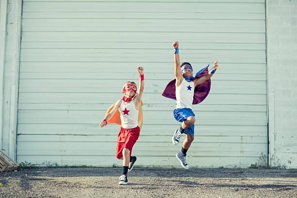 superheld nehmen sie - kleine jungen kostüme stock-fotos und bilder