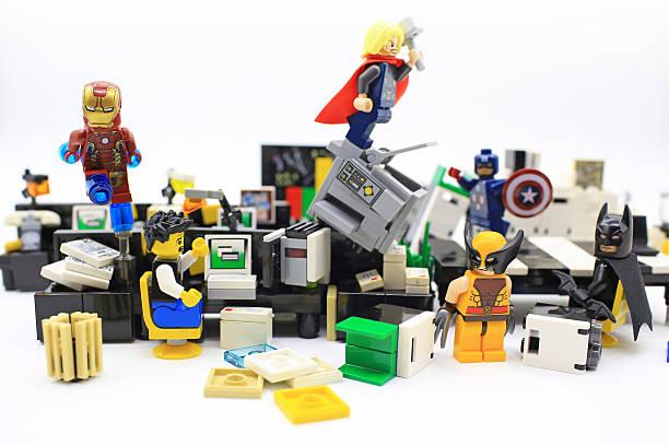 Superhéroe los vengadores en oficina - foto de stock
