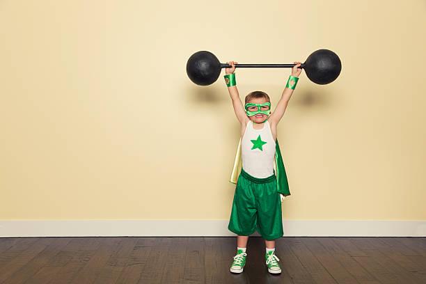 superhelden-training - kleine jungen kostüme stock-fotos und bilder