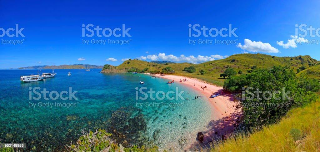 Superlarge Panorama von Pink Beach, Insel Flores. – Foto