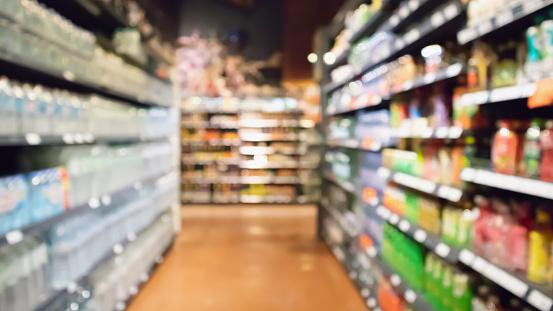 Supermarkt Gangpad En Product Planken Abstracte Vervagen Intreepupil Achtergrond Stockfoto en meer beelden van Abstract