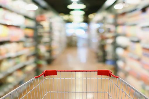 Achtergrond Van De Supermarkt Gangpad En Product De Planken Met Leeg Winkelwagentje Stockfoto en meer beelden van Abstract