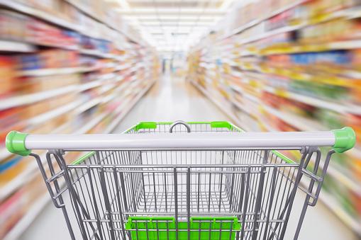 Supermarkt Gangpad Met Lege Groen Winkelwagentje In Beweging Stockfoto en meer beelden van Abstract