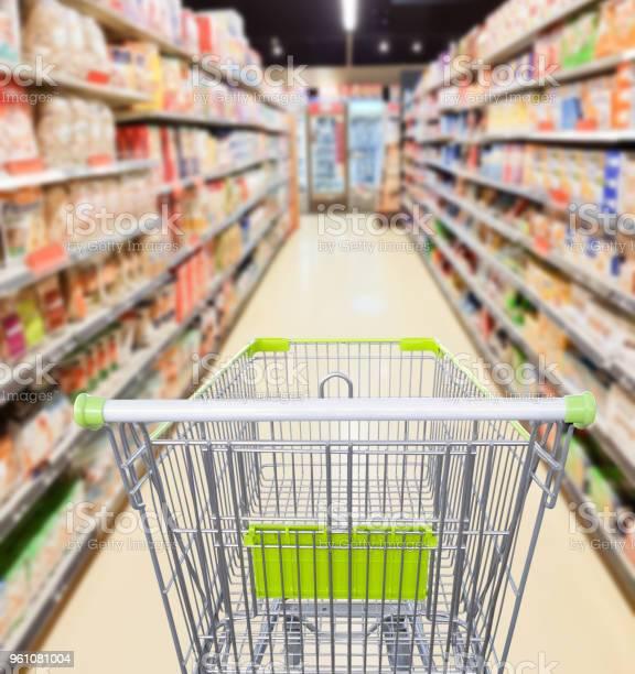 Pasillo Del Supermercado Con El Concepto De Negocio De Carro Compras Vacío Foto de stock y más banco de imágenes de Acero inoxidable