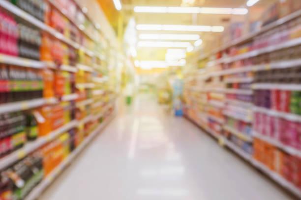 stormarknad mittgång med läsk flaskor produkt hyllor suddig bakgrund - dagligvaruhandel, hylla, bakgrund, blurred bildbanksfoton och bilder