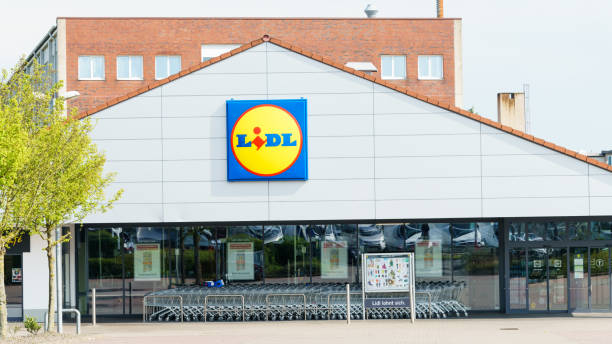 lidl supermarket and logo. lidl is a german global discount supermarket chain, that operates over 10,000 stores across europe - lidl foto e immagini stock