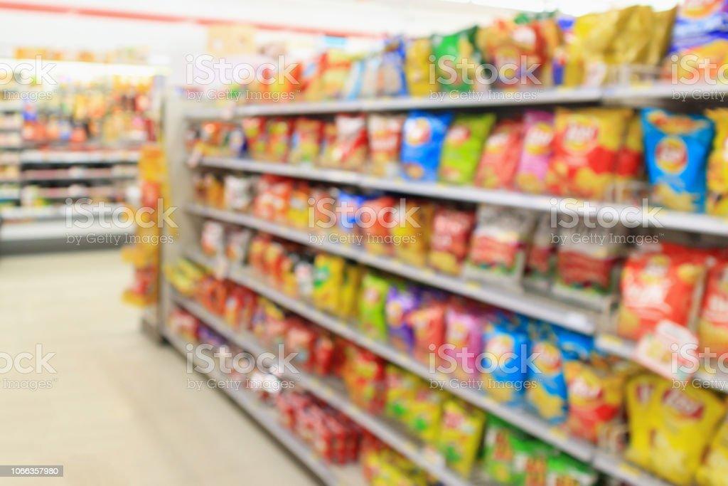 超市便利店貨架與土豆片小吃模糊抽象背景 - 免版稅不健康飲食圖庫照片