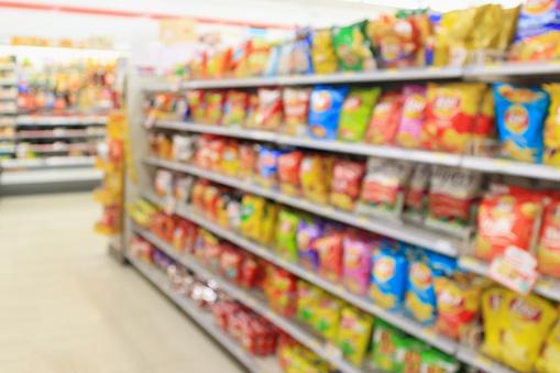超市便利店貨架與土豆片小吃模糊抽象背景 照片檔及更多 不健康飲食 照片