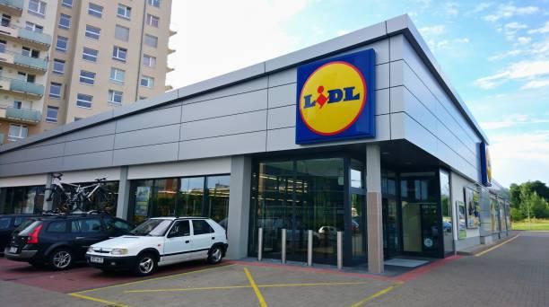 lidl supermarket exterior - lidl foto e immagini stock