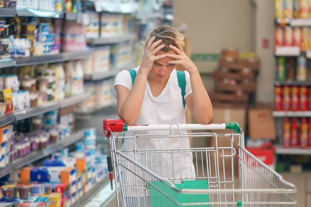 Supermarkt Mädchen mit Einkaufswagen – Foto