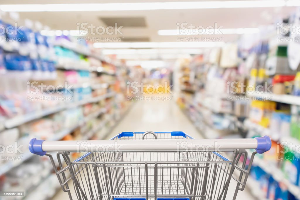 Supermarket grocery store aisle with empty shopping cart business concept - Royalty-free Armazém Comercial Foto de stock