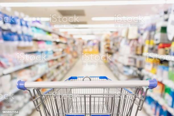 Supermarket Grocery Store Aisle With Empty Shopping Cart Business Concept - Fotografias de stock e mais imagens de Armazém Comercial