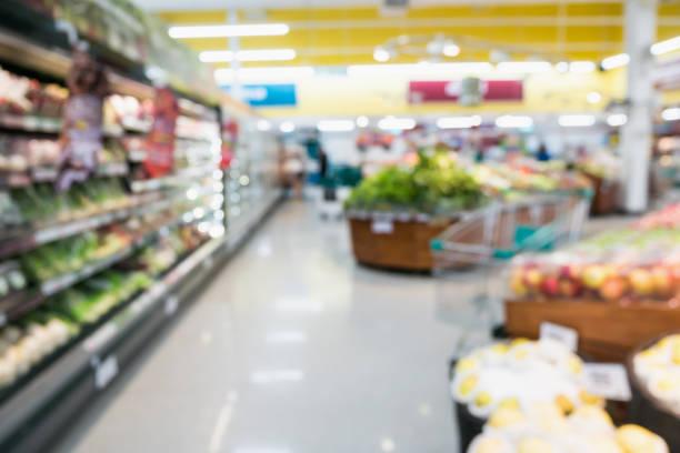 stormarknad livsmedelsbutik med frukt och grönsaker på hyllor suddig bakgrund - dagligvaruhandel, hylla, bakgrund, blurred bildbanksfoton och bilder