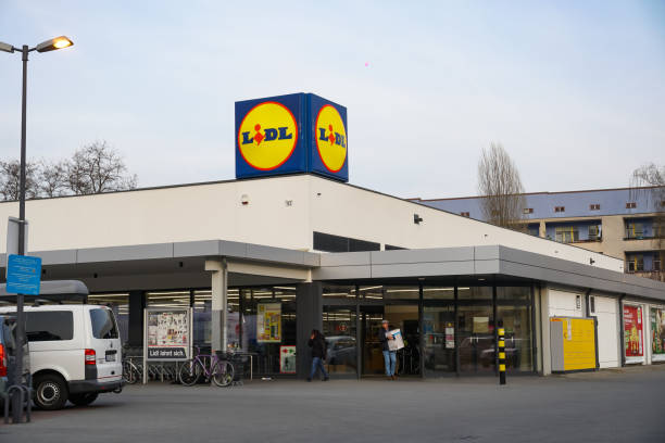 lidl supermarket in berlin, germany - lidl foto e immagini stock