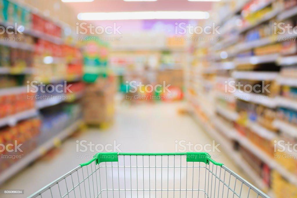 interior supermercado com o carrinho de compras - foto de acervo