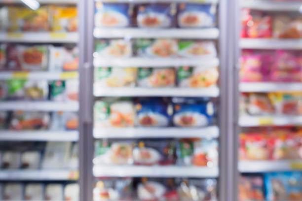 geladeira de supermercado para o produto de armazenamento alimentos congelados no supermercado - comida congelada - fotografias e filmes do acervo