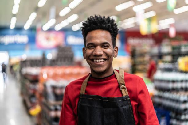 supermarket salesman portrait - supermarket worker imagens e fotografias de stock