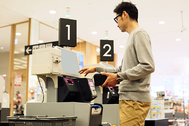 スーパーマーケットショッパーを使ってデジタル現金レジスタおよびチェックアウトシステム - スーパーマーケット 日本 ストックフォトと画像