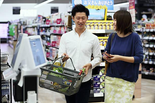 スーパーマーケットショッピングの女性と男性 - スーパーマーケット 日本 ストックフォトと画像