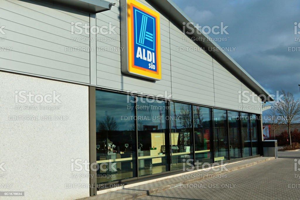 Tienda de supermercado ALDI en la ciudad alemana de Amberg - foto de stock