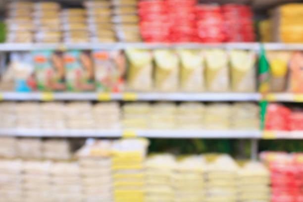 supermercado con estantes de arroz - arroz comida básica fotografías e imágenes de stock