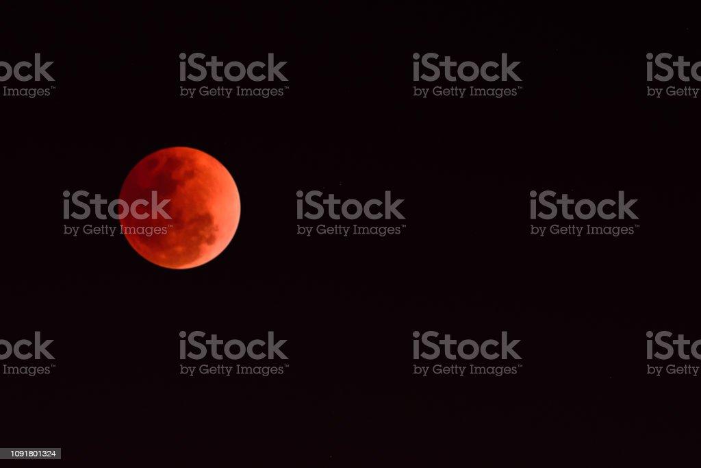 Supermoon of bloed maan in de zwarte hemel foto