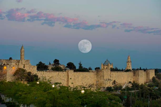 supermoon über jerusalem - jerusalem stock-fotos und bilder