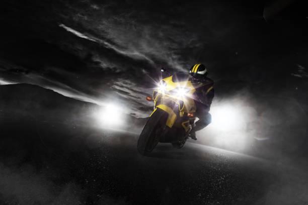 超級摩托車司機晚上帶著煙四處走動。 - 電單車 個照片及圖片檔
