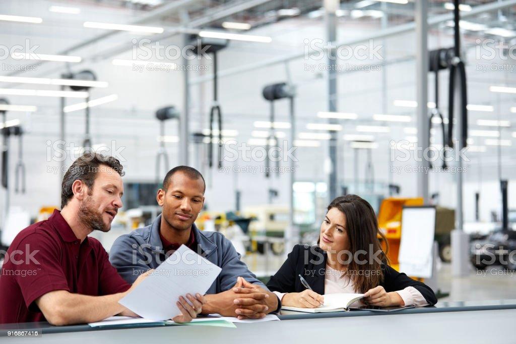 Supervisor und Ingenieure mit Diskussion in Büro – Foto