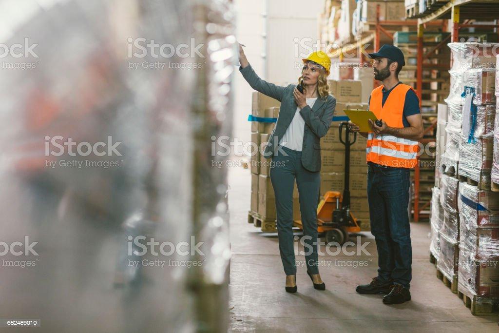 Supervisor und Arbeiter im Lager Lizenzfreies stock-foto
