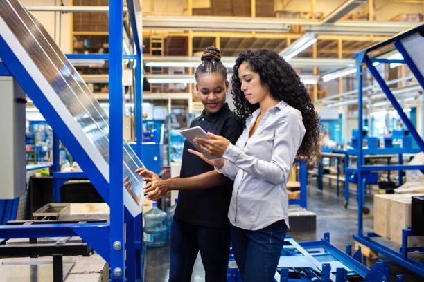 supervisor und mitarbeiter diskutieren arbeit auf digitalen tablets - alvarez stock-fotos und bilder