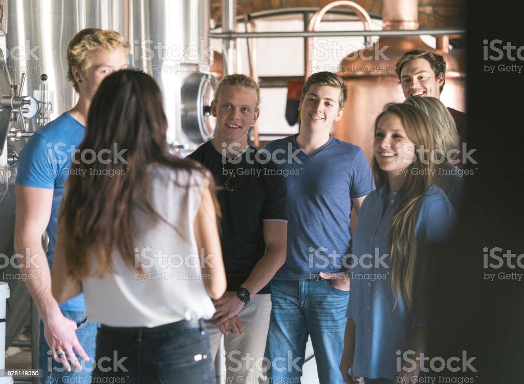 Vorgesetzten diskutieren mit Kollegen in Brauerei – Foto