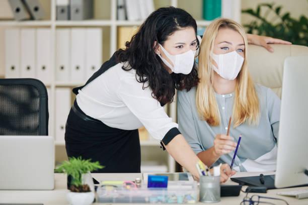 Supervisor erklärt Mitarbeiter-Onlineaufgabe – Foto