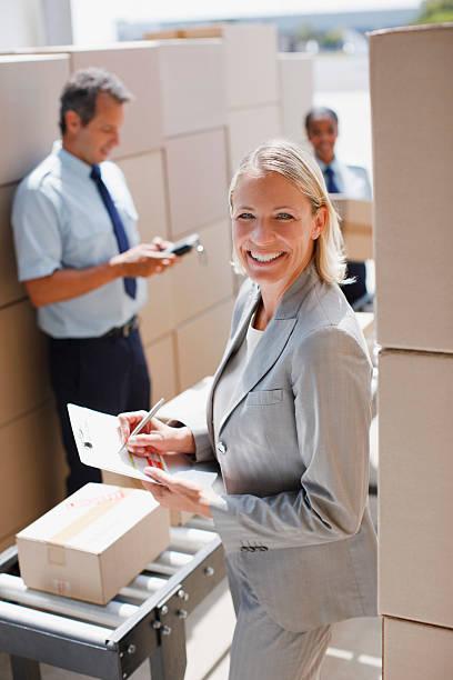 hält zwischenablage supervisor in versand-bereich - umzug checkliste stock-fotos und bilder