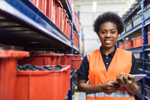 supervisor-bestandsaufnahme im unternehmen warehouse - papierrollenhalter stock-fotos und bilder