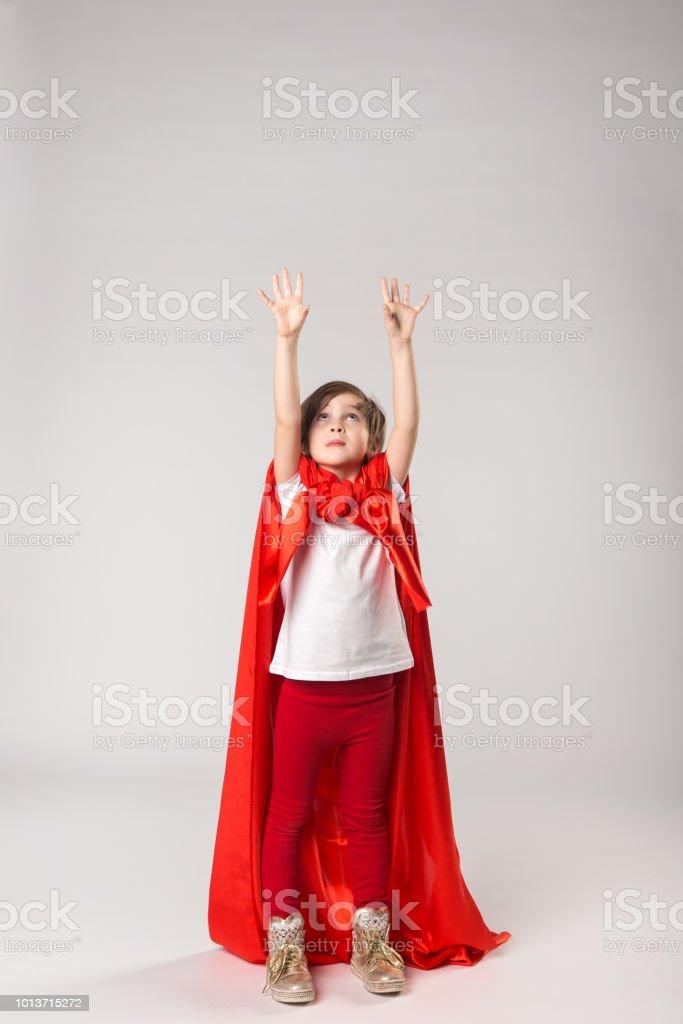 Powerfrau Kind in roten Umhang erhoben ihre Hände – Foto
