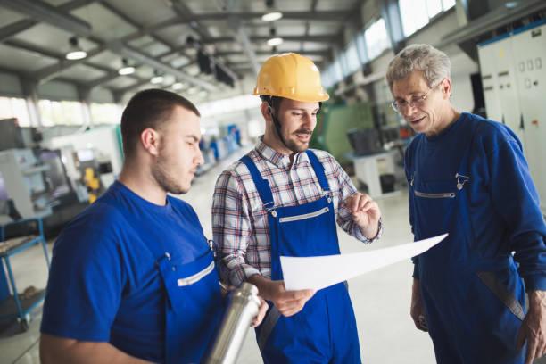 directamente con el ingeniero de control de producción en fábrica - obrero de la construcción fotografías e imágenes de stock
