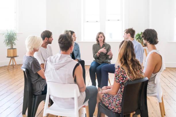 groupe de soutien pour une réunion - séance de psychothérapie photos et images de collection