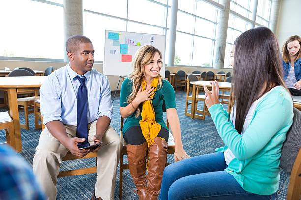 unterstützung gruppe treffen in college-bibliothek - soziologie stock-fotos und bilder