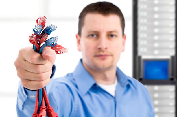 IT Support worker holding Netzwerk-Kabel – Foto