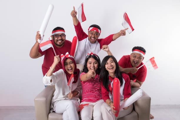 torcedor de assistir a um jogo de - bandeira da indonesia - fotografias e filmes do acervo
