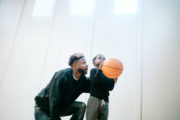 Unterstützende Vater spielt Basketball mit Sohn – Foto