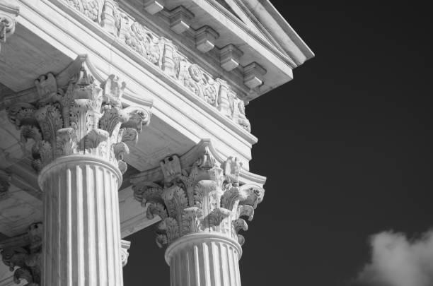 gros plan détail de bâtiment de cour suprême us - colonne architecturale photos et images de collection