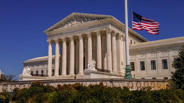 yüksek mahkeme, washington, dc amerikan bayrağı ve amerika birleşik devletleri - abd yüksek mahkemesi binası stok fotoğraflar ve resimler