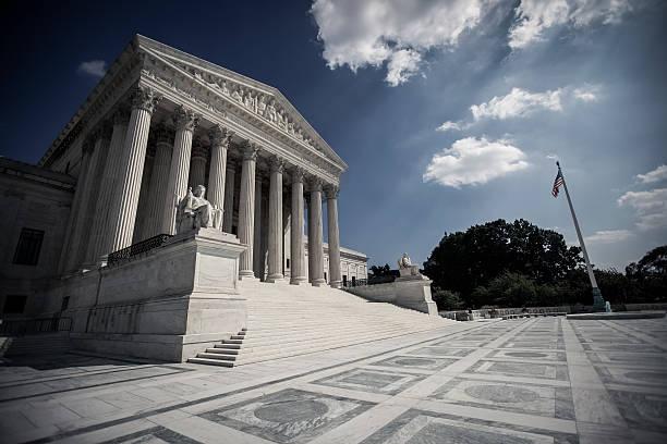 supreme court with dramatic skies - abd yüksek mahkemesi binası stok fotoğraflar ve resimler