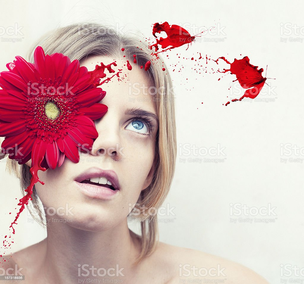 sureal Retrato de uma jovem mulher com uma flor vermelha - foto de acervo