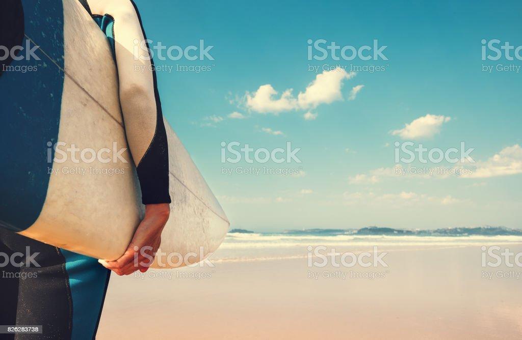 サーファーの手でサーフボードを海洋波のビューでイメージを閉じる ストックフォト